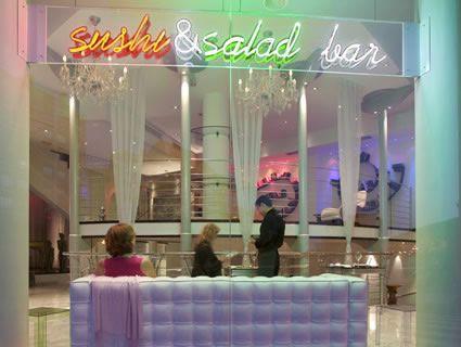 Restaurant mit Sushi und Salatbar